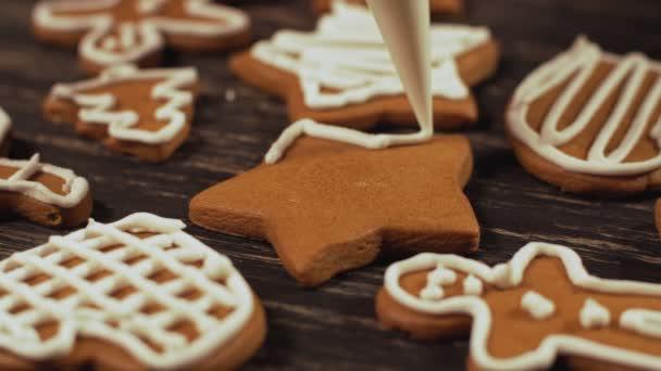 Detail zdobení domácí perník hvězda. Zdobení vánočního cukroví.