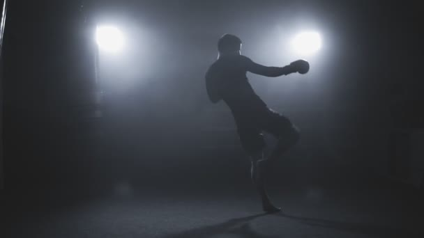 Muay thai Kämpfer in rauchigen Studio training. Kickboxer Stanzen