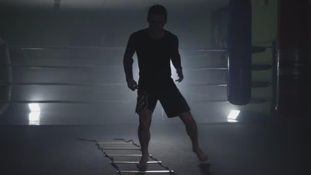Kickboxtraining im verrauchten Studio. muay thai fighter training beine