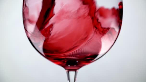 Töltő üveg vörösbor szuper lassított makró shot fehér háttér