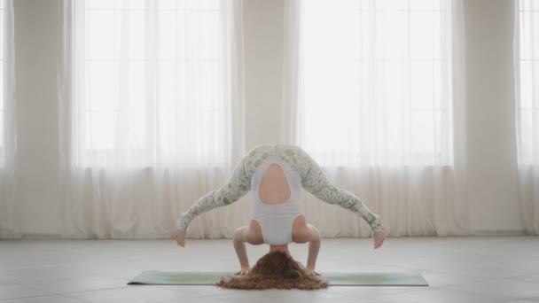 Aktivní žena trénuje v pomalém pohybu Pilates a cvičila ve světle jóby. Koncepce blahobytu a zdravého životního stylu. 4k, UHD