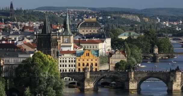 V létě letecký pohled na pražském Staroměstském náměstí molo architektury a Karlův most přes řeku Vltavu v Praze, Česká republika