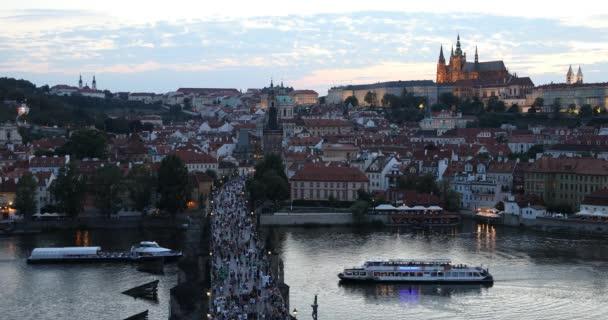 Pražský hrad a Karlův most při západu slunce v Praha, Česká republika, řeky Vltavy v popředí