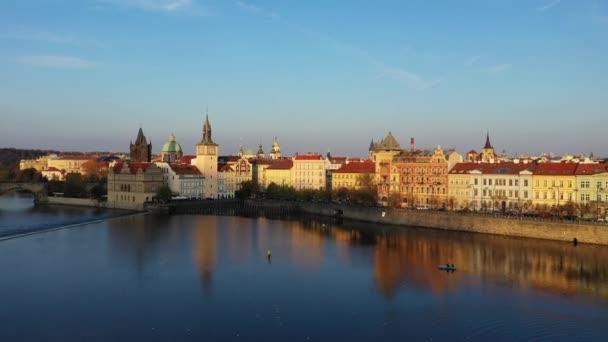 Praha, Česká republika panorama s historický Karlův most a Vltava řeka na slunečný den. Praha, západ slunce nad městem jak uvedeno shora, Česká republika