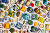 Sbírka barevných portugalských keramických hrnčířských výrobků, místní řemeslné p