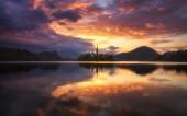 Dramatický východ slunce na jezeře krvavého jezera, pohled na slunce na ostrově