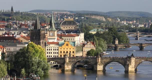 V létě slunce letecký pohled na pražském Staroměstském náměstí molo architektury a Karlův most přes řeku Vltavu v Praze, Česká republika