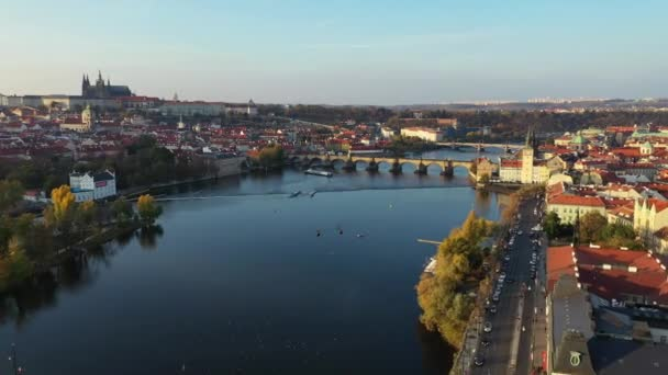 Malebnou podzimní letecký pohled na pražském Staroměstském náměstí molo architektury a Karlův most přes řeku Vltavu v Praze, Česká republika