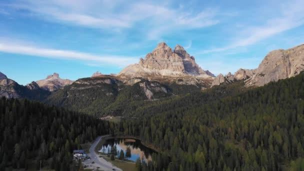 Antorno Lake v národním parku Tre Cime di Lavaredo. Auronzo, Misurina, Dolomiti Alpy, Jižní Tyrolsko, Itálie, Evropa. Antorno jezero se slavným horským vrcholem Dolomitů v Tre Cime di Lavaredo. Dolomity