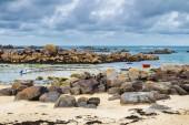 Lodě v přístavu na pobřeží růžové žuly (cote de žuly ros