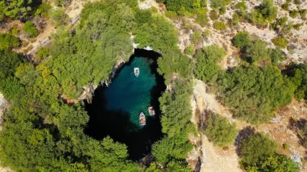 Slavné jezero Melissani na ostrově Kefalonia, Karavomylos, Řecko. Na vrcholu Melissani jeskyně (Melissani Lake) v obci Karavomylos na ostrově Kefalonia, Řecko. Melissanská jeskyně shora.