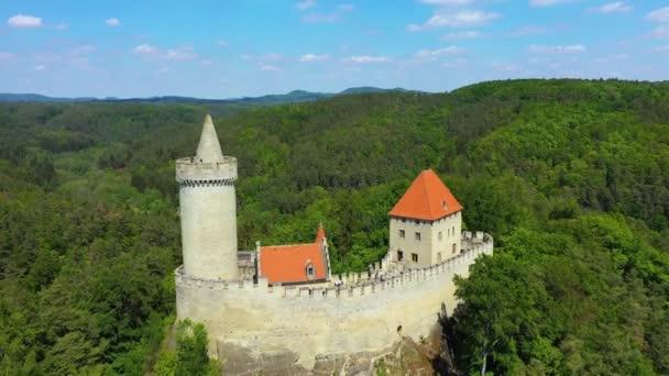 Légi kilátás a középkori vár Kokorin a közelben Prága Csehországban. Közép-Európa. Középkori gótikus kastély Kokorin, Kokorinsko védett tájvédelmi terület a Cseh Köztársaságban. Középkori gótikus kastély Kokorin.