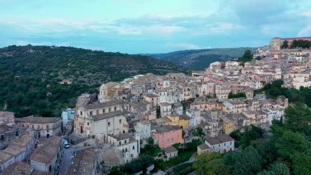 Blick auf Ragusa (Ragusa Ibla), UNESCO-Weltkulturerbe auf der italienischen Insel Sizilien. Blick von oben auf die Stadt Ragusa Ibla, Provinz Ragusa, Val di Noto, Sizilien, Italien.
