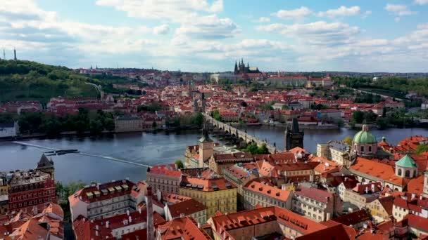 Pražská malebná jarní letecká vyhlídka na Pražskou přístavní architekturu a Karlův most přes Vltavu v Praze. Staré Město Praha, Česká republika.