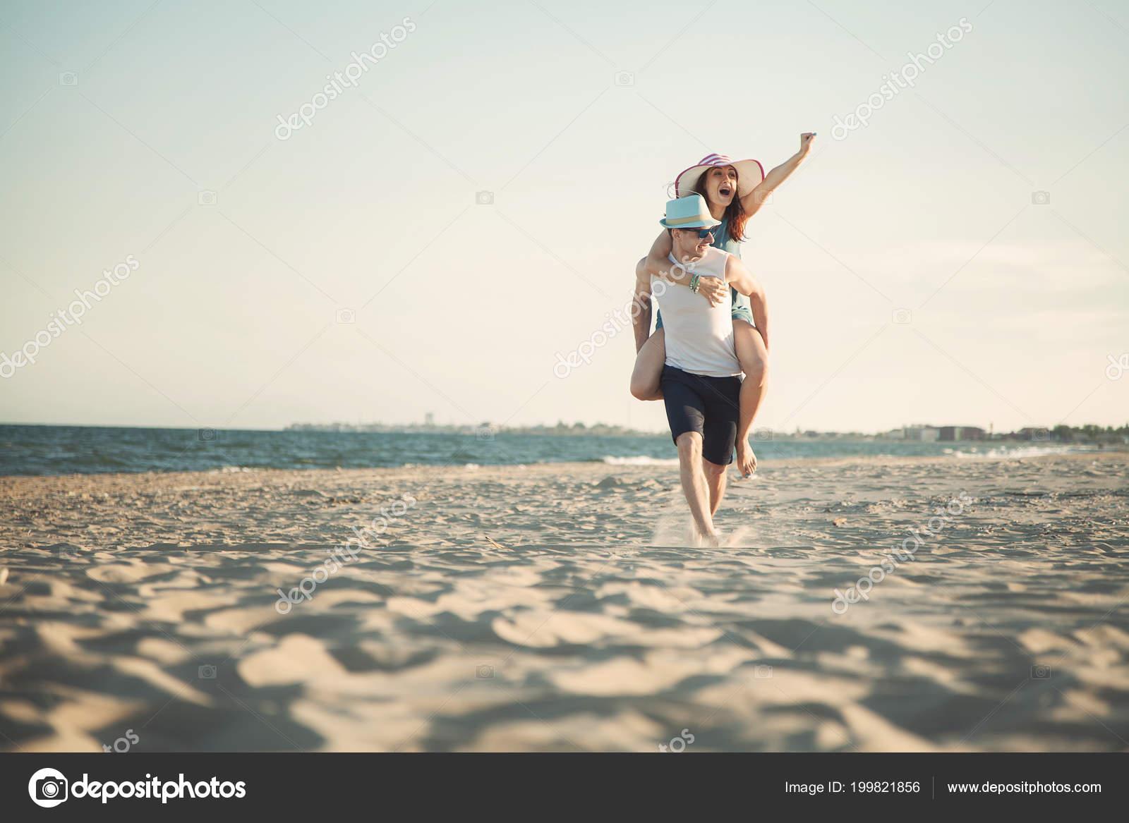 Сексуальная пара на берегу океана