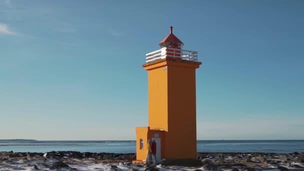 Paar spaziert in der Nähe des Leuchtturms in Island