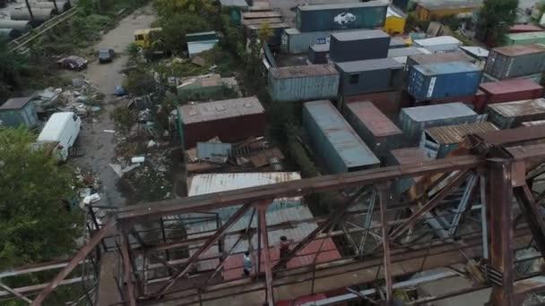 Letecký pohled na nákladní kontejnery v průmyslové zóně
