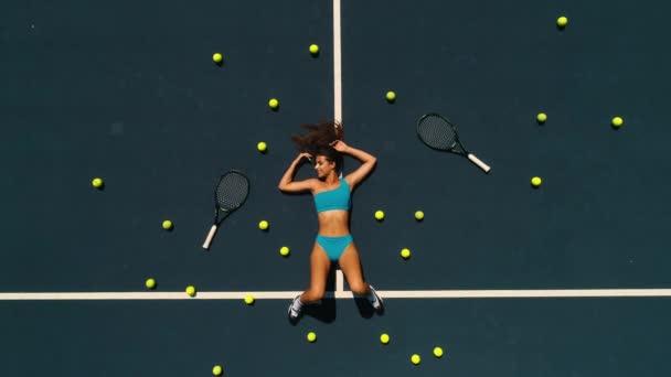 krásná holka na pohled shora tenisový kurt