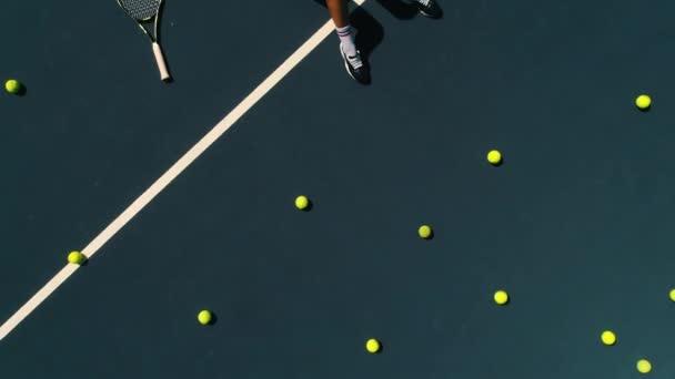 Brunette dívka leží na tenisový kurt