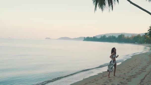 dívka se usmívá a vede po oceánu