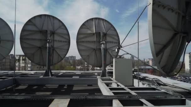Industrielle Satellitenschüsseln auf dem Dach