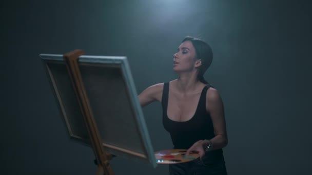 lány fest egy képet a festőállvány