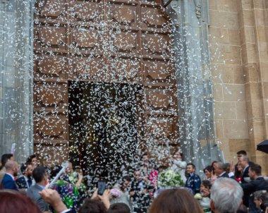 25 Mayıs 2019, Marsala, İtalya, kilisede birçok mutlu misafirle İtalyan Katolik düğünü ve gazetelerden ve pirinçten selam.