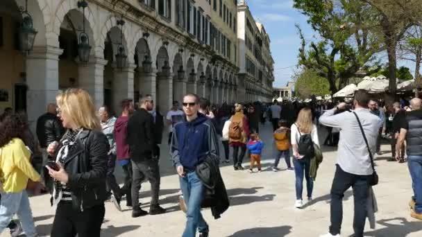 Korfu, Griechenland - 6. April 2018: Wenige Menschen auf Spianada Quadrat von Korfu-Stadt, Griechenland. Wichtigsten Fußgängerzone Straße Liston. Ostern feiern.