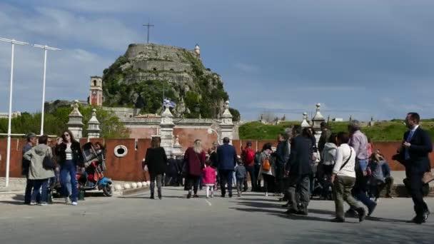 Korfu, Griechenland - 6. April 2018: Wenige Menschen in der Nähe von der alten Festung von Korfu-Stadt, Griechenland. Ostern feiern.
