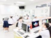 Fotografie Verschwommenes Bild der Gruppe von Studenten lernen und am Schreibtisch mit Computer-Runde gemeinsam im Klassenzimmer für Studie und Workshop im Computerraum an der Secondary School. Bildung-Technologie-Konzept