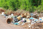 Photo Mountain garbage, large and degraded garbage pile, Pile of stink and toxic residue, waste plastic bottles and other types of plastic waste site in trash dump or landfill. Pollution concept.