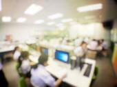 Bildungskonzept, verschwommenes Bild der Lerntechnologie und Werkstatt der Schüler, die gemeinsam Computer im Computerraum der Sekundarschule, Universität für Studium, Netzwerkkommunikation und Ausbildung nutzen
