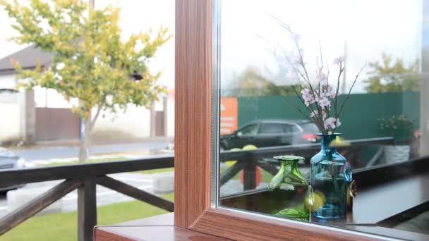 zářivě krásné květiny ve váze na okně