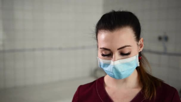 Ženský lékař nebo zdravotní sestra zvedl stříkačky s tekuté close.