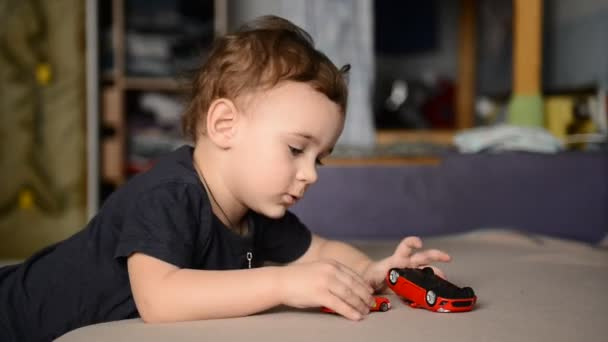 kisfiú játszik a gyerekszobában játékautó