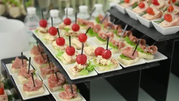 catering služby zázemí s občerstvení na hosty stůl venkovní svatební party
