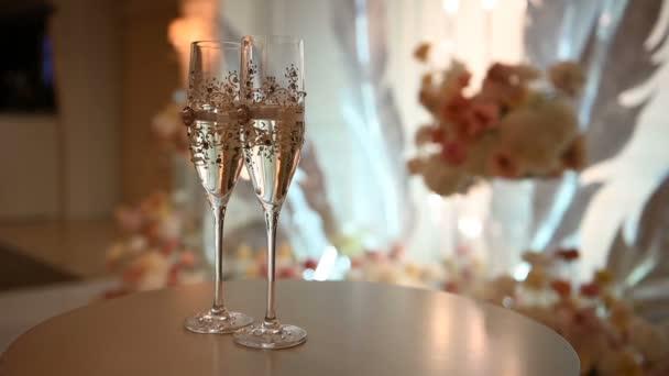 dekorierte Weingläser im Stil der Champagnerhochzeit