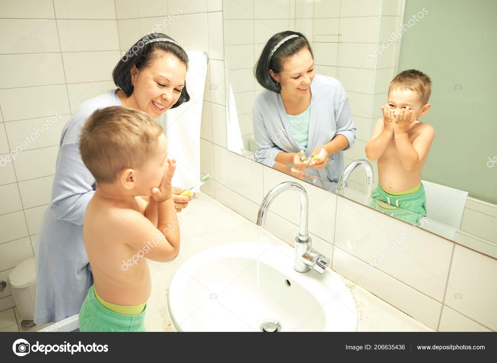 Трахает сын маму в ванной фото, в ванной с мамой - порно фото поиск 34 фотография