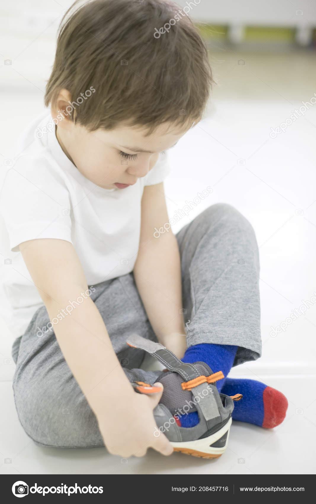 Garçon Tente Mettre ChaussuresBébé Avec Ses Petit De Enfant Sur hQsdtrC