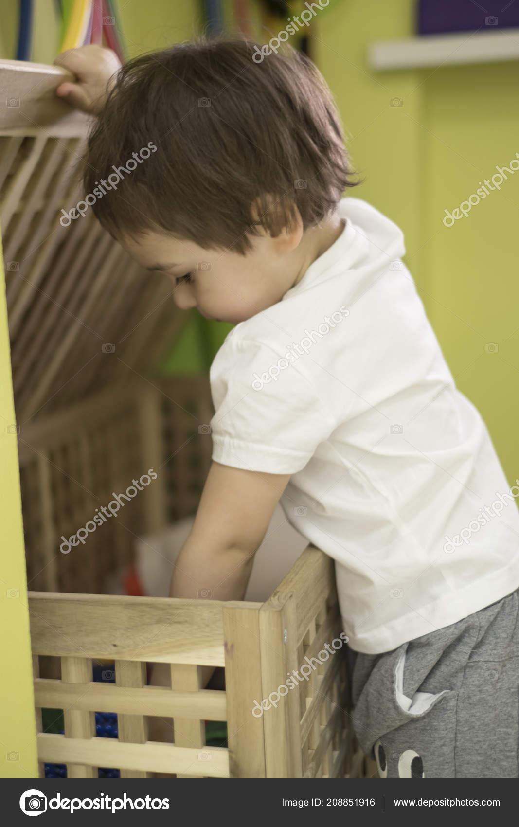 Mooie Aziatische jongetje met witte doos, speelgoed