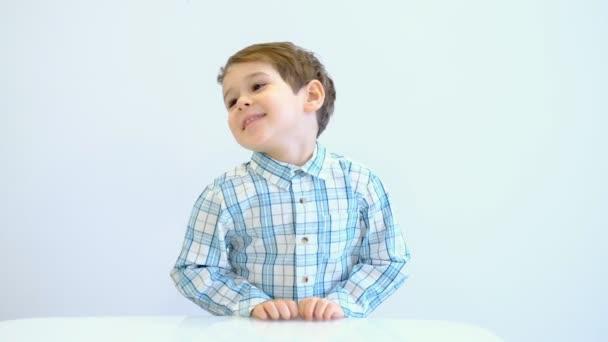Vtipák si dělá legraci. Úsměv roztomilým chlapíček, který připravuje dobrý nápad.