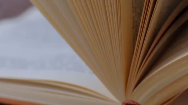 Zavření knihy s rukama prolistování stránkami. otevřené stránky knihy. Zpomaleně