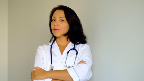 Zeitlupe Nahaufnahme einer schönen jungen Ärztin, die in die Kamera blickt. Berufsbild, Medizin und Gesundheitswesen, medizinische Ausbildung.