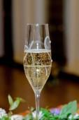 Gläser mit Champagner in Großaufnahme, Champagnerblasen.