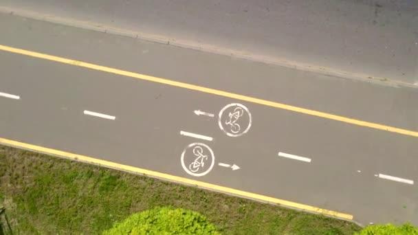 Cyklistické značky na cyklostezce ve městě