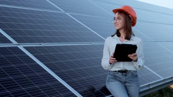 Inspektor Inženýr Žena drží digitální tablet pracující na solárních panelech Power Farm, Fotovoltaický buněčný park, Green Energy Concept