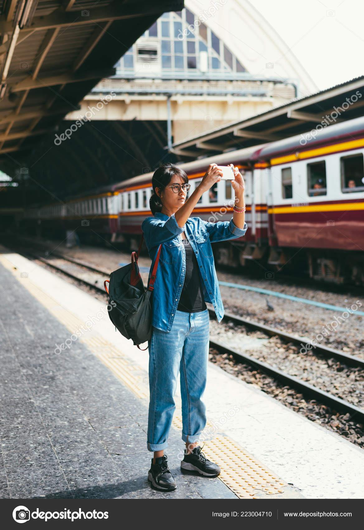 Азиатские девки на транспорте, эротический портрет фото