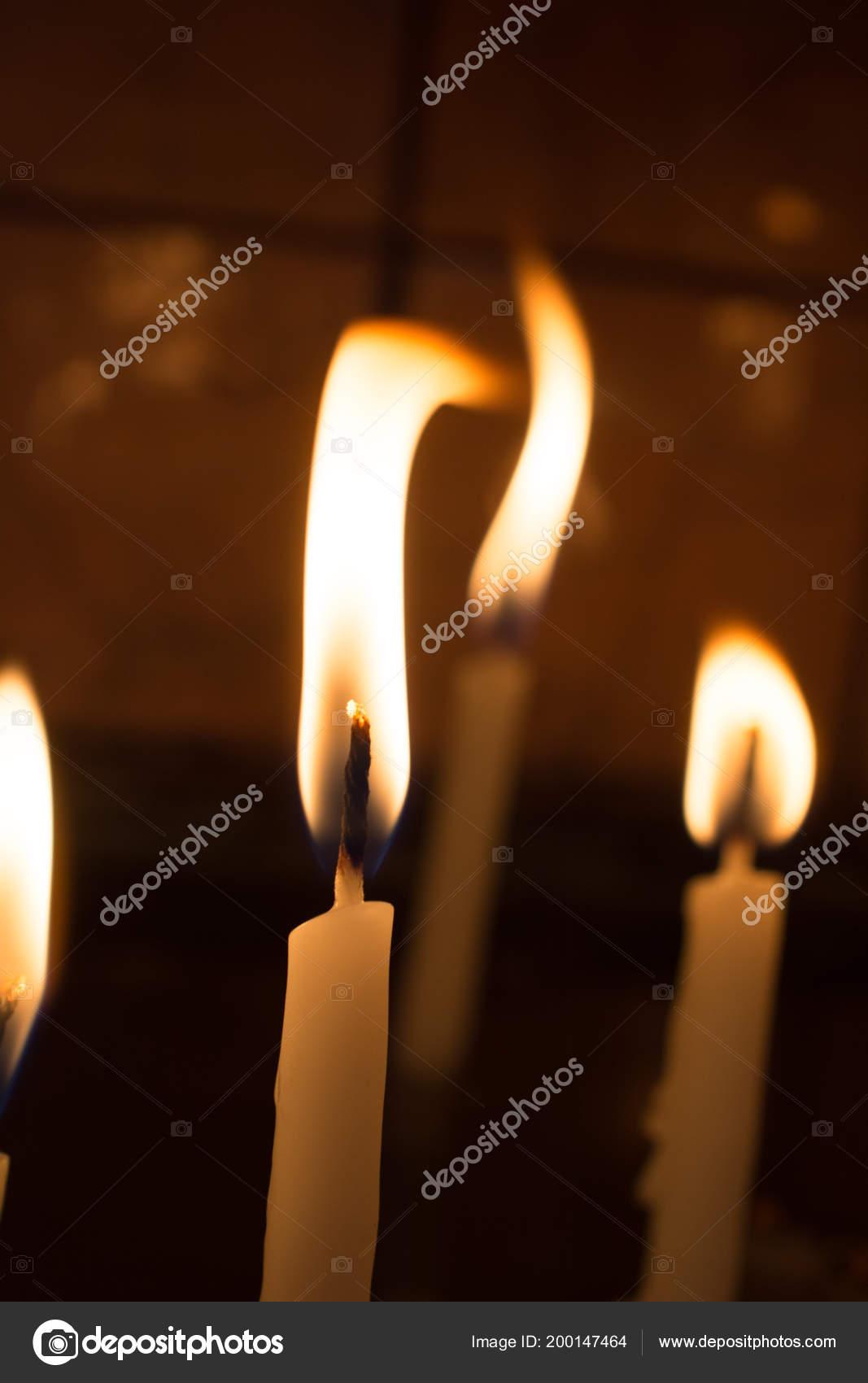 Des Bougies Allumées Lumière Bougie Dans Obscurité — Photographie ... a3251db2b1a2
