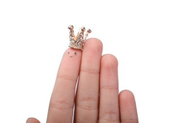 Finger with dots like a face and a crown on the top