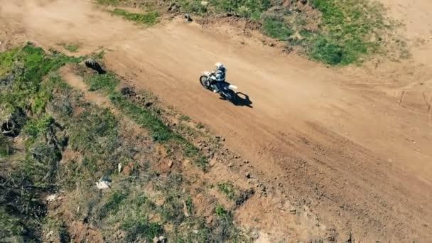 Muž jednotek na offroad trati, pohled shora. Profesionální Motocross Rider na polní cestě